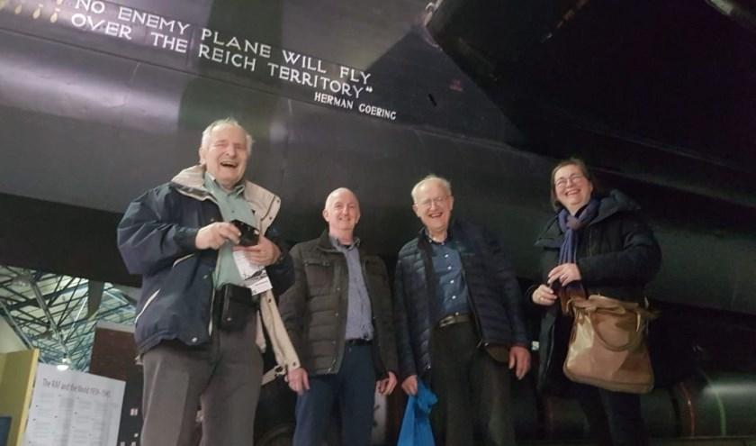 De museumdelegatie bij een Lancaster in Londen