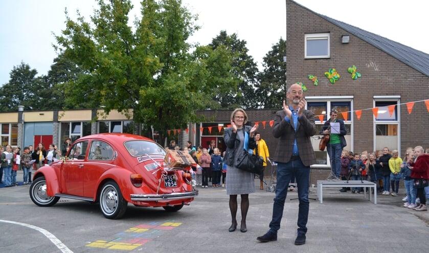 <p>Meester Maarten wordt toegezongen op het schoolplein.</p>