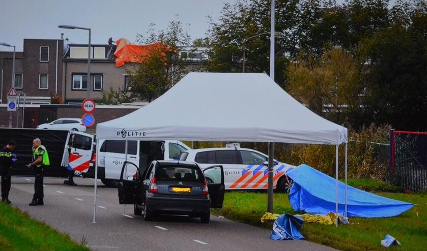 <p>Politieonderzoek op de Oostdijk bij de beschoten auto</p>