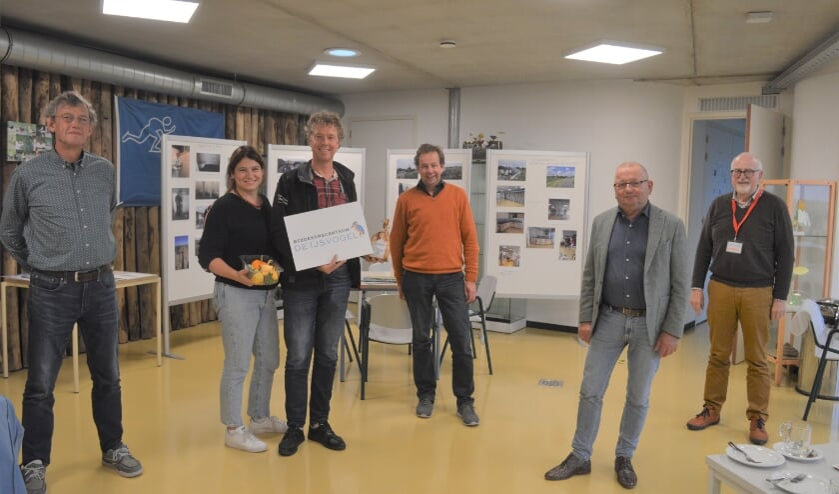 <p>Berend Groeneveld en zijn partner werden in het bezoekerscentrum ontvangen door het bestuur, v.l.n.r. Nico Noorlander, Jozef Hurenkamp, Jaap Heester en Louis van Wijhe.</p>