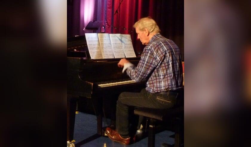<p>&nbsp;Bernard Zwueste, al veertig jaar pianodocent in Barendrecht, in actie tijdens het Docentenconcert in De Baerne (foto Ingrid Elderson) </p>