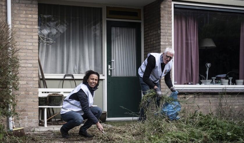 <p>Esther Dost en collega projectleider Johan Deuring..(foto: Otto van Duijn)</p>