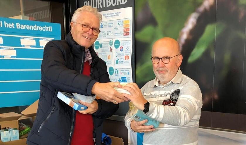 <p>&nbsp;Vrijwilligers Kees van den Heuvel en Arie Kosten tijdens de voedselactie in 2019. </p>