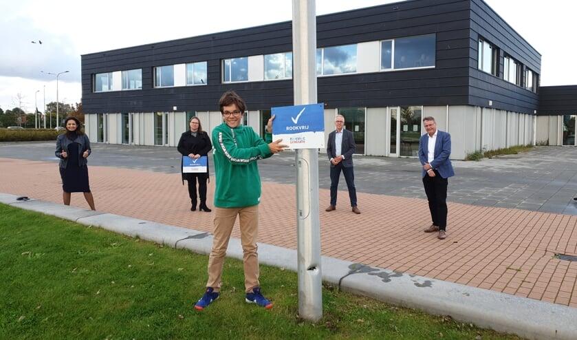 <p>Kinderburgemeester Maas van der Graaf &nbsp;plaatst het laatste bordje.</p>