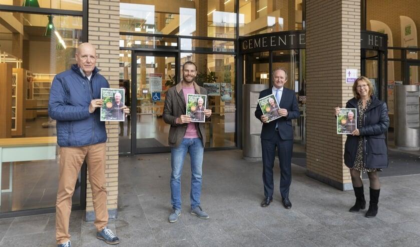 <p>De eerste magazines zijn uitgereikt aan ambassadeur Jan Jansen en wethouder Marten Japenga</p>