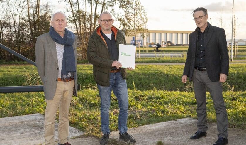 <p>Eric Barendrecht en Gert-Jan Metselaar met links de heer A.F.L. Barendrecht, de oprichter van AFL Barendrecht</p>
