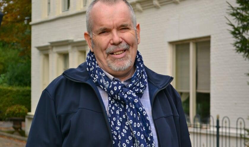 <p>Auteur Peter Pot voor het vroegere brugwachtershuis</p>