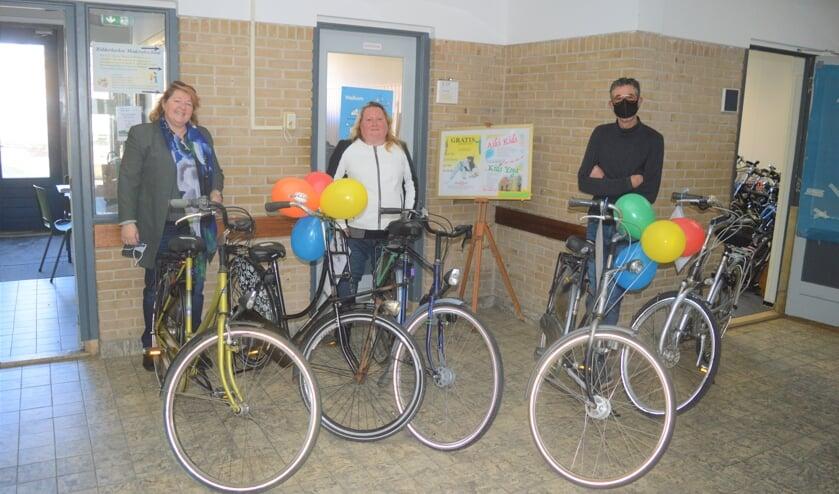 <p>Met ballonnen werd de overdracht van de honderdste fiets gevierd</p>