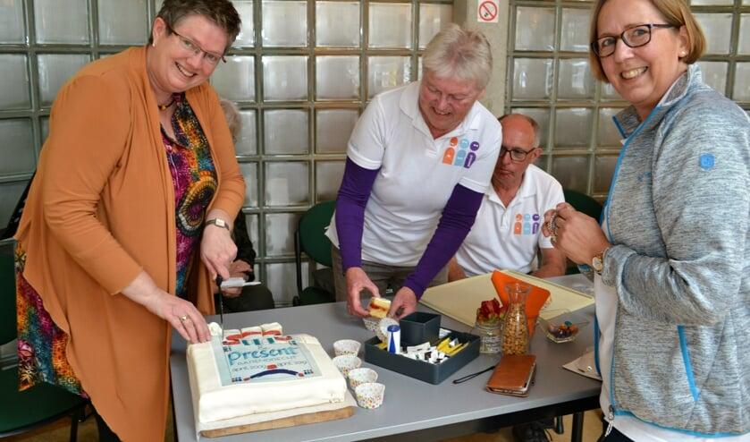 Vorig jaar vierde Pia van Dalen (links) haar 10-jarig dienstverband bij Present. Rechts voorzitter Petra Teunissen.