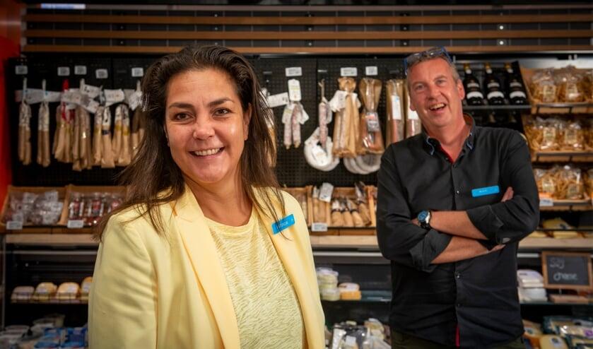 Supermarktmanager Patricia Tamboer en assistent manager Ruud Korpel verheugen zich op de vernieuwde Albert Heijn Hof van Portland. (Foto: Albert Heijn/Dirk Brand)