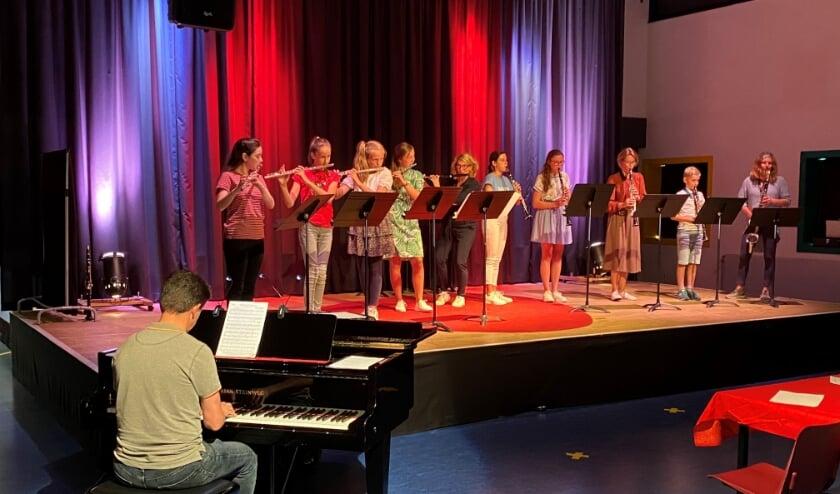 Hanneke Meijer met leerlingen tijdens een van de weinige optredens in Corona tijden. (foto Wim Soeters)