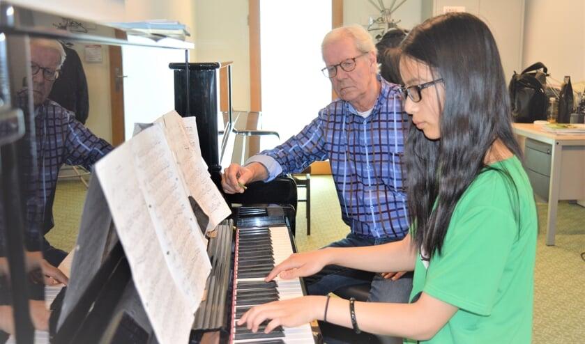 Bernard Zwueste volgt het spel van pianobelofte Manli Zhao