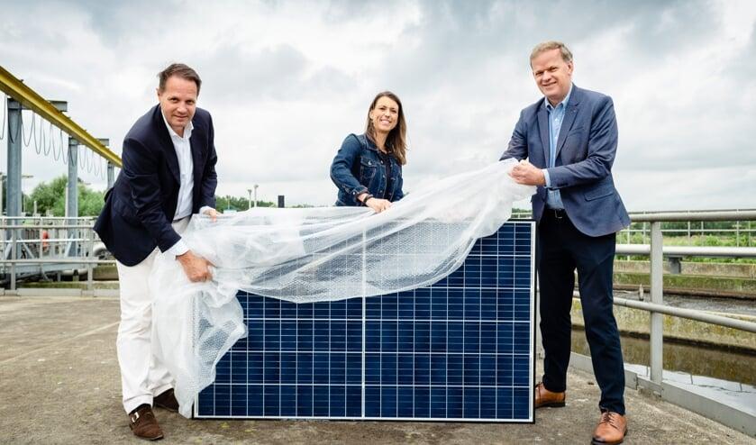 Arjan ten Elshof (HVC), Tanja de Jonge (gemeente Barendrecht) en Leo Stehouwer (waterschap Hollandse Delta) met op de achtergrond de locatie voor het zonnepark.
