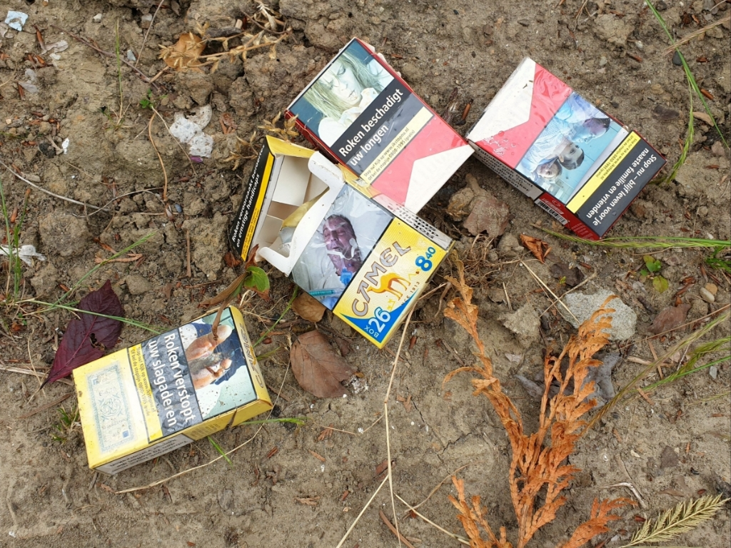 Wie gooit er nou vier lege sigarettenpakjes in de struiken? Foto:  © BAR Lokale Media