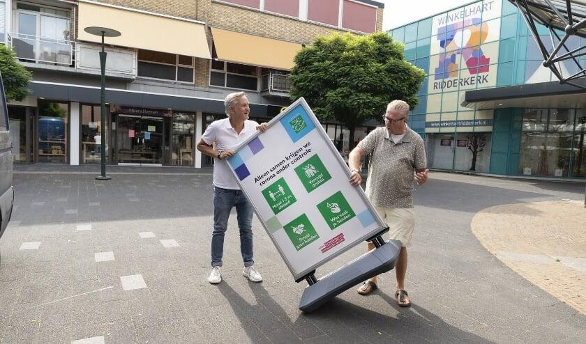 Cees van Veen en Ruud Scheenjes   gaven opvallende plekken aan de coronaposters