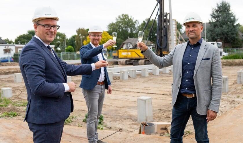 Wethouder Marco Oosterwijk, Jan Martinu (Herkon) en Richard Revier (Herkon) proosten op de start van de bouw.