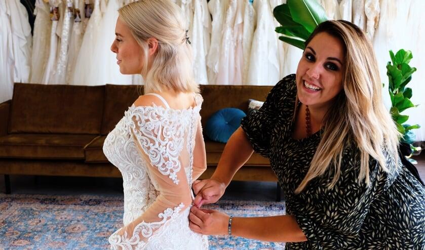 Jessica Charité: 'Geen enkele bruid is hetzelfde, de jurken zijn dan ook allemaal anders'. (foto: Sabine Molenaar)