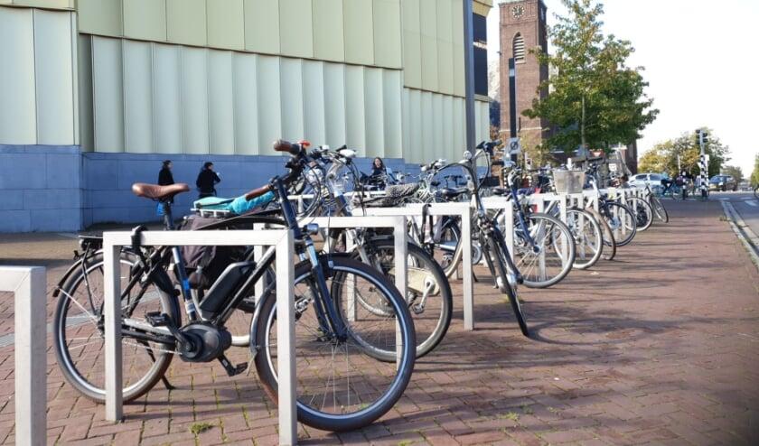 Voor het stallen van fietsen zijn bij Het Kruispunt nieuwe beugels geplaatst.