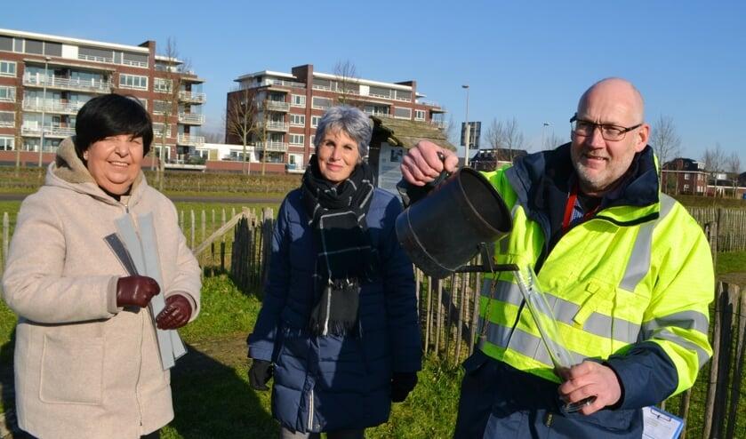 <p>Bestuursleden Helma Versluis en Jannie de Vlaam krijgen uitleg van Marcel Brinkenberg. </p>