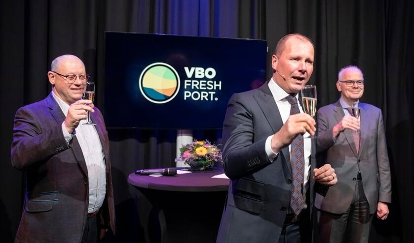 <p>Bestuurslid Johan in &#39;t Veld, voorzitter Jan Willem van Hellemond en burgemeester Jan van Belzen brengen een toost uit op het nieuwe jaar en de nieuwe naam. </p>