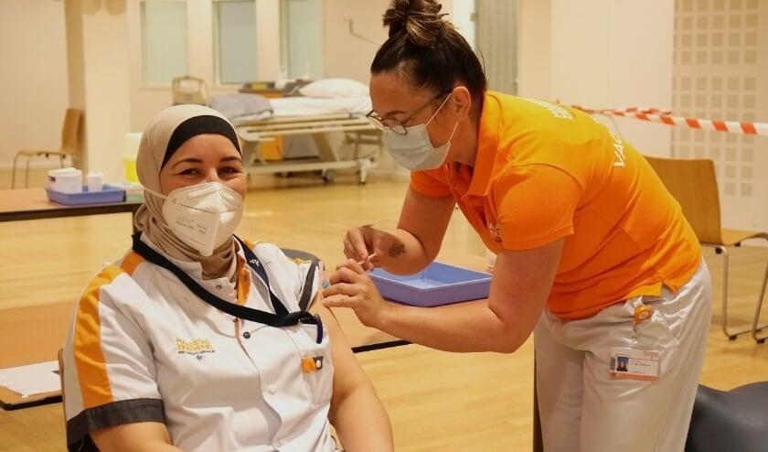 <p>IC-verpleegkundige krijgt de eerste vaccinatie in het Maasstad Ziekenhuis. (foto: Maasstad Ziekenhuis) </p>