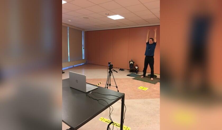 <p>Yogadocent Mike Hartog doet oefeningen voor de camera.&nbsp;</p>