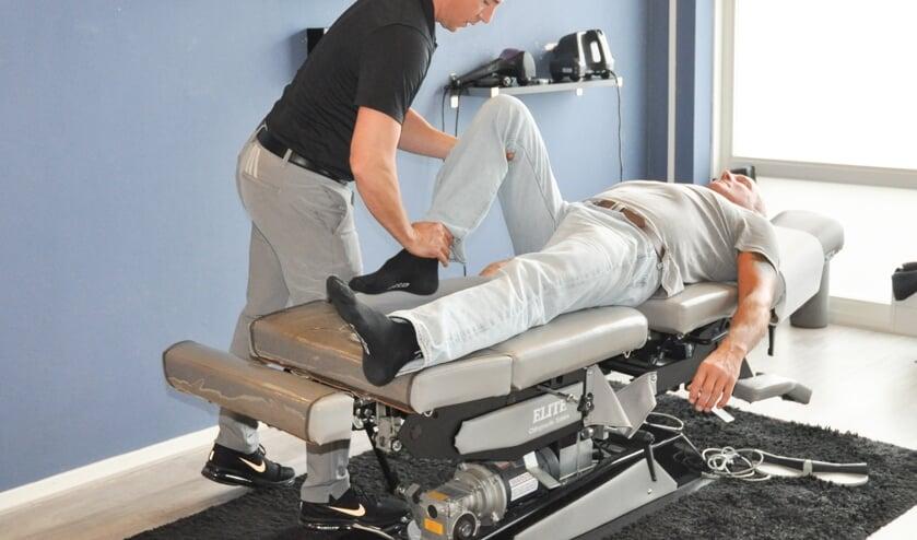 <p>Een chiropractor aan het werk. Kan dit binnenkort wellicht weer?</p>