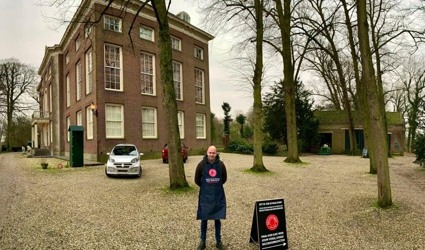 <p>Mark Kanters, Wijkchef Rechtstreex, zal de bestelde boodschappen uitgeven bij het Tiendgebouw naast Het Huys ten Donck.&nbsp;</p>