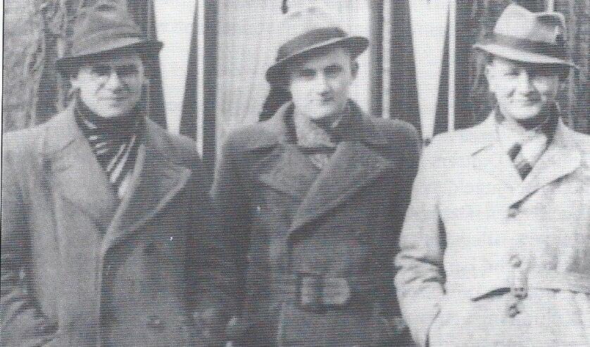 <p>Deze drie mannen zijn leerkrachten van de Kerkwegschool in 1944, v.l.n.r. B. Buddingh, W.L. Eijkelenboom en C.J. van Rijsbergen.&nbsp;</p>