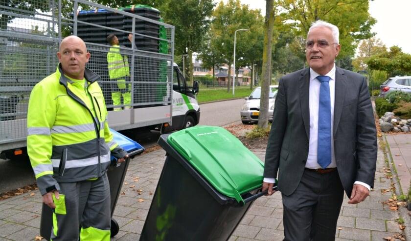<p>Wethouder Cees Schaap bij het afleveren van de minicontainers in 2019.</p>