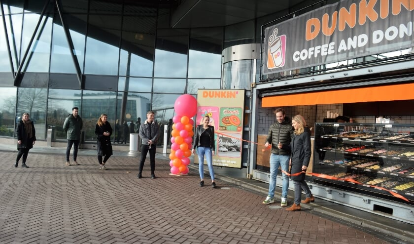 <p>Freek en Krystle van der Valk knipten woensdagmorgen het lint door voor Dunkin&rsquo; Donuts Ridderkerk.</p>
