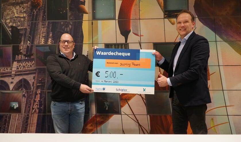 <p>De voorzitter van Stichting Present Ridderkerk, Bart Bahlman, met rechts Edwin van Belle van corporate finance Schipper Accountants.&nbsp;</p>