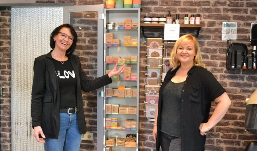 <p>Tanja en Cisca Kokkelink bij de vitrine van Happy Soaps. </p>