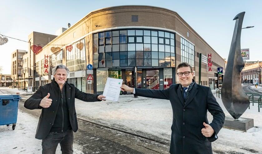 <p>Wethouder Marco Oosterwijk en Tom Bakkers van Bakkers Hommen Waerdevast met de intentieovereenkomst voor appartementen op de Jorishof</p>