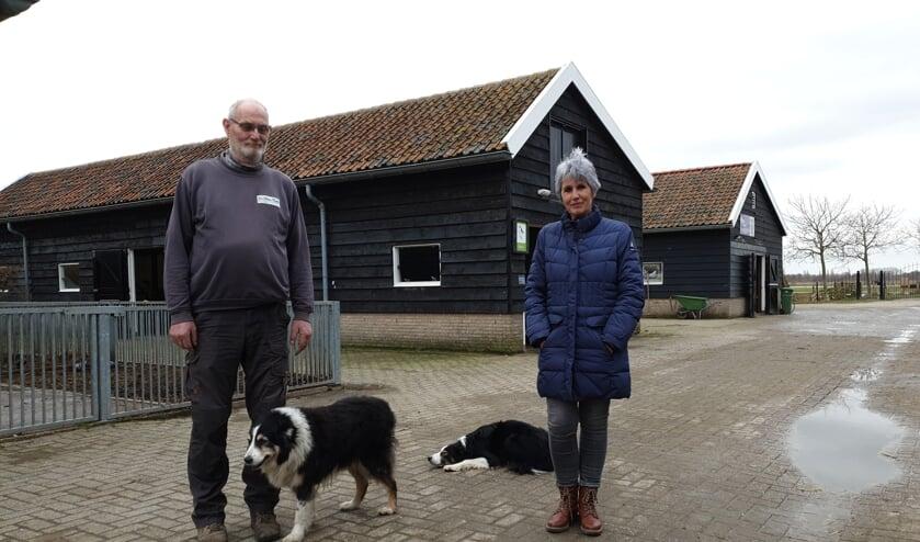 <p>Cees van der Sman en Jannie de Vlaam voor de stallen van De Kleine Duiker.&nbsp;</p>