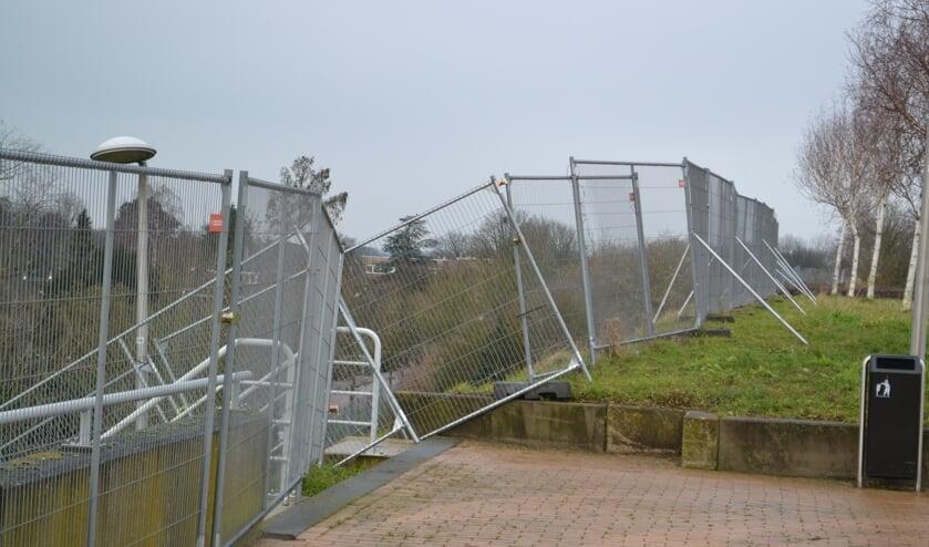 <p>Het talud is afgezet met hekken.</p>