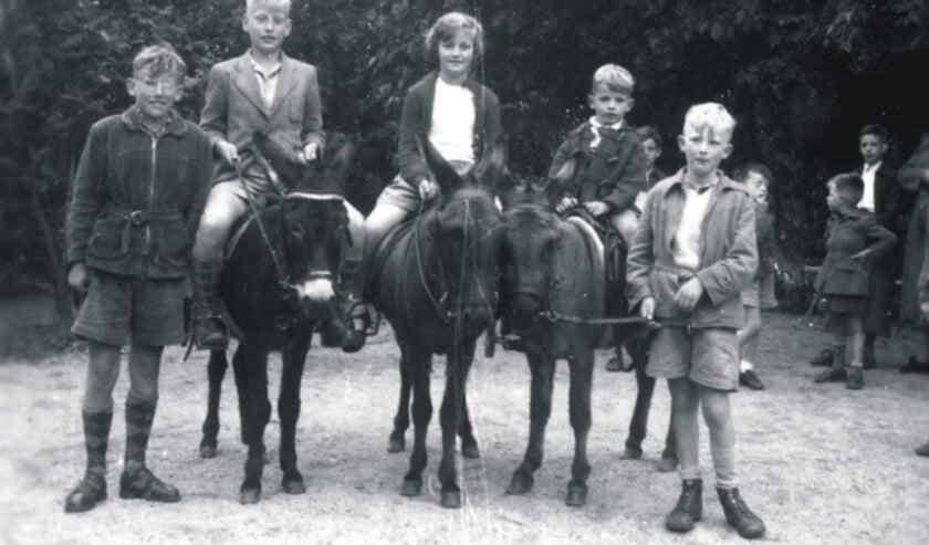 <p>Een ritje op een paard, in dit geval een ezel, hoorde bij een dagje uitgaan vroeger.&nbsp;</p>
