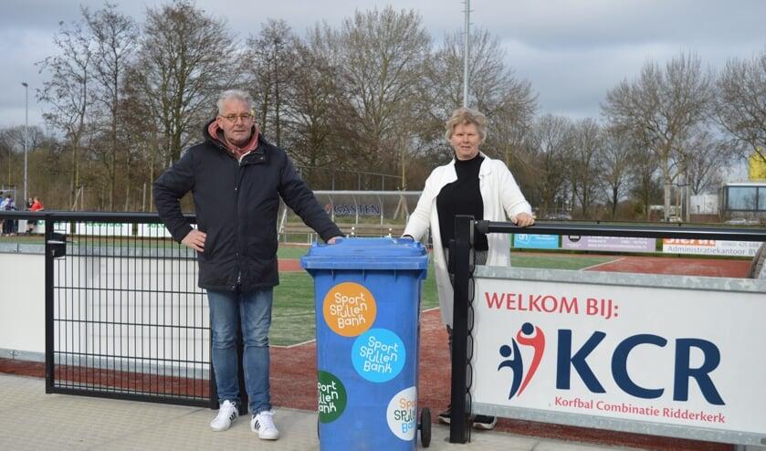 <p>Anja de Geus overhandigde de sportspullencontainer aan Marcel Vlasblom.&nbsp;</p>