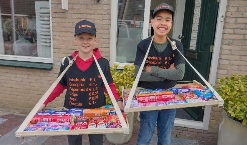 <p>Lauran van Steensel en Robert Kleinjan bouwden hun eigen draagbare vrijmarkt.</p><p>(foto Marlies Kleinjan)</p>