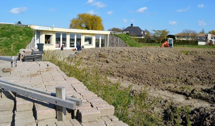 <p>Het terras van &#39;De IJsvogel&#39; is klaar voor bezoekers.</p>
