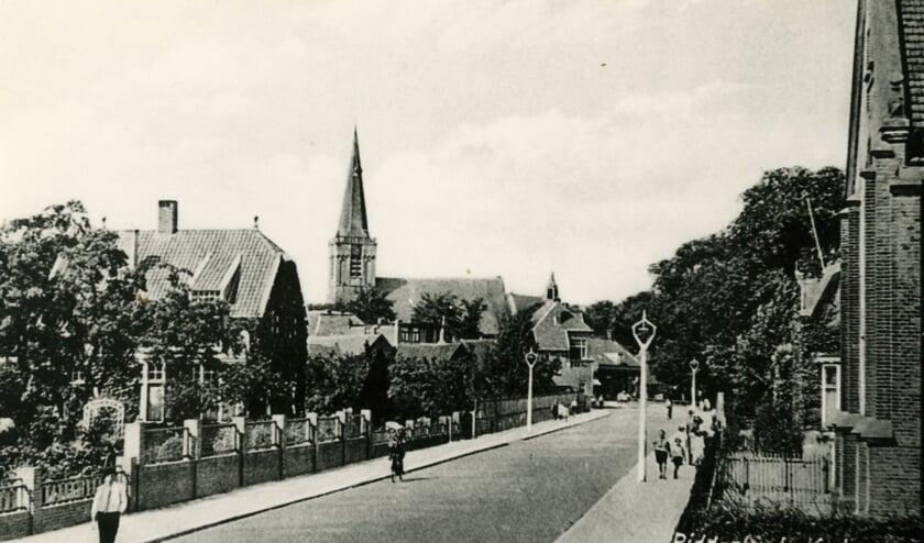 <p>De Kerkweg met links het huis van de familie Van Splunder, waar de NSB&#39;ers doorheen marcheerden.</p>