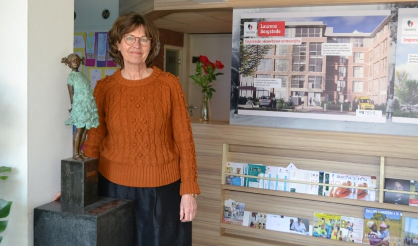 <p>Bea Koop bij het beeldje Laura, dat ook verhuist.&nbsp;</p>