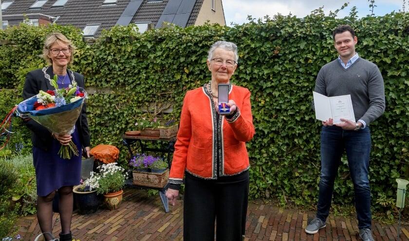 <p><em>Vlnr. Burgemeester Jolanda de Witte, dochter Liena Blok-Lodder en kleinzoon Joep Andeweg</em></p>