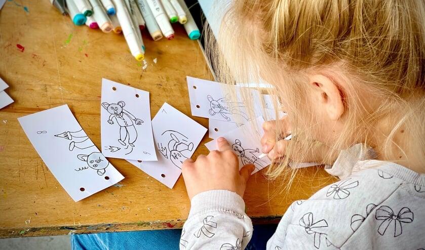 <p>Cursist Mette is druk bezig met een animatie over de broer van haar knuffelkoala. (foto: KCB / Ruben Maalman)</p>