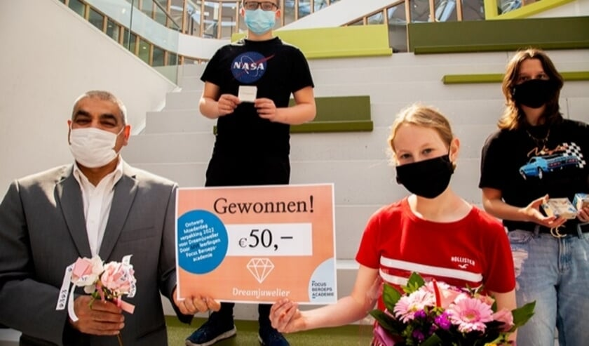 <p>Uitreiking prijzen door juwerlier Maryoush van Dreamjuwelier met Thomas den Boer (3e prijs); Noa de Jonge (1e prijs) en Marecha Bakkeren (2e prijs). (foto: Focus Beroepsacademie Barendrecht) </p>