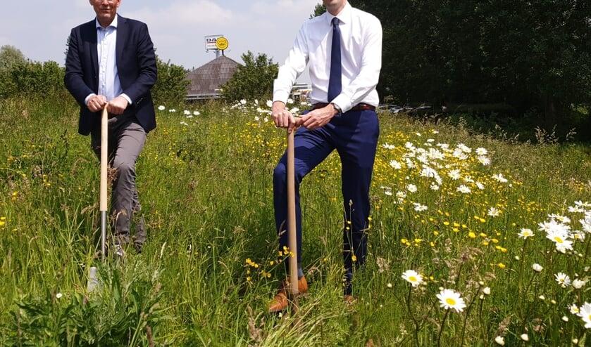 <p>Ondernemer Jeroen Gouw en wethouder Arnoud Proos starten met het afgraven van de vervuilde hoop grond. </p>