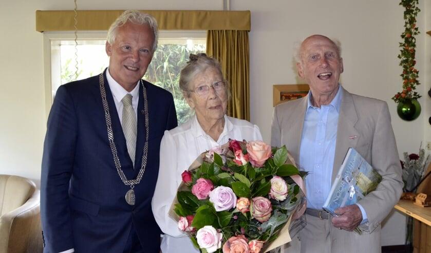 Burgemeester Jan Rijpstra met het 60-jarige bruidspaar Piet en Leny Passchier. | Foto: Joke van der Zanden