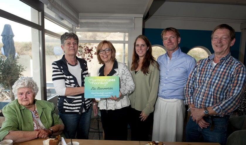 Nel Steenvoorden ontving afgelopen vrijdag de gemeentelijke waardering voor mantelzorgers uit handen van wethouder Marie José Fles. |