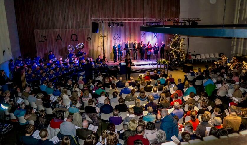 De Scheppingskerk was afgeladen vol tijdens de kerstnachtdienst van de Protestantse Gemeente Leiderdorp. | Foto: J.P. Kranenburg