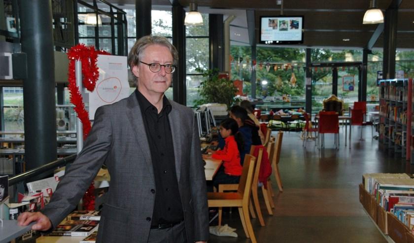 Voorzitter Willem van Moort van de  raad van bestuur van BplusC in de Leiderdorpse bibliotheek.